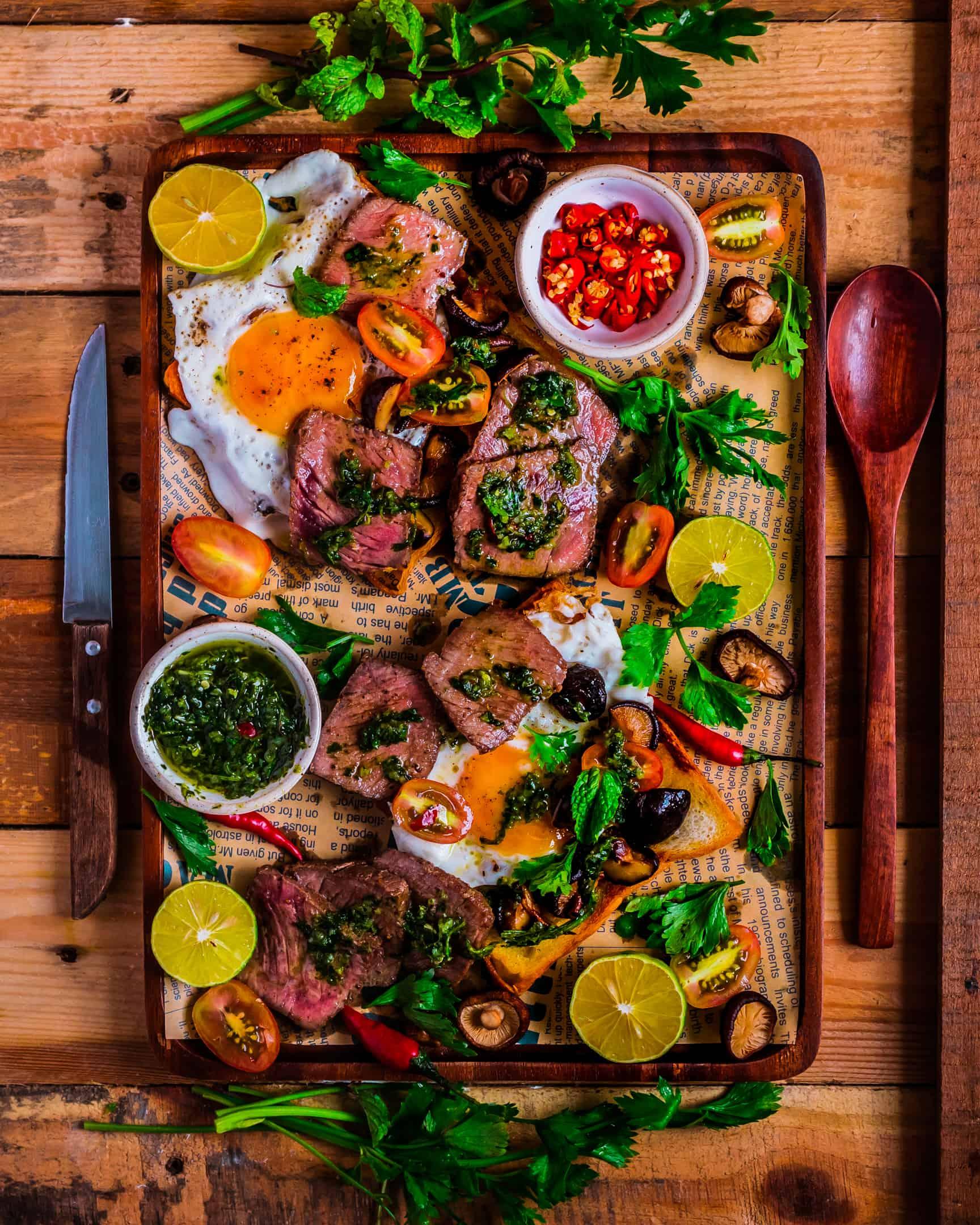 Steak và Trứng Sandwich cùng sốt Chimichurri - Cà Mên Gỗ